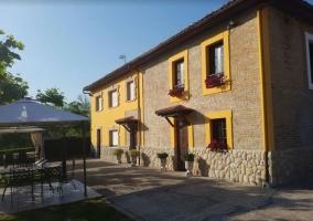 Vistas de la casa y la fachada en amarillo