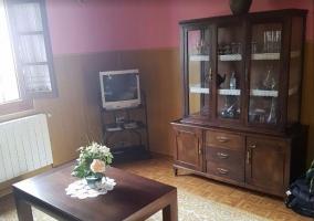Sala de estar con ventana y paredes rosas