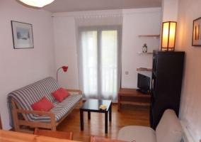 Sala de estar con muebles de color oscuro y sillones