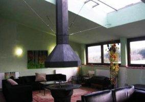 Sala con chimenea y mobiliario moderno