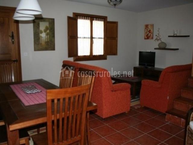 La casona casa canor en villaviciosa asturias for Sala de estar rojo y blanco