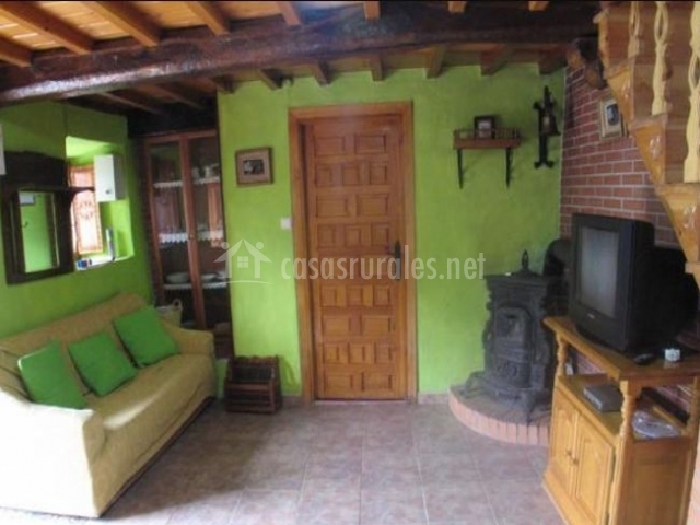 Sala De Estar En Color Verde ~ de madera con su conjunto de sillas al lado, y junto a la ventana En