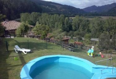 Casas rurales con piscina en corias pravia for Piscinas soto