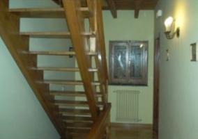 Escaleras interiores hacia el piso superior