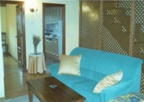 Salón con sofá azul