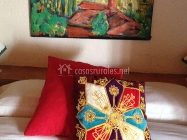 Dormitorio de matrimonio con detalles en rojo