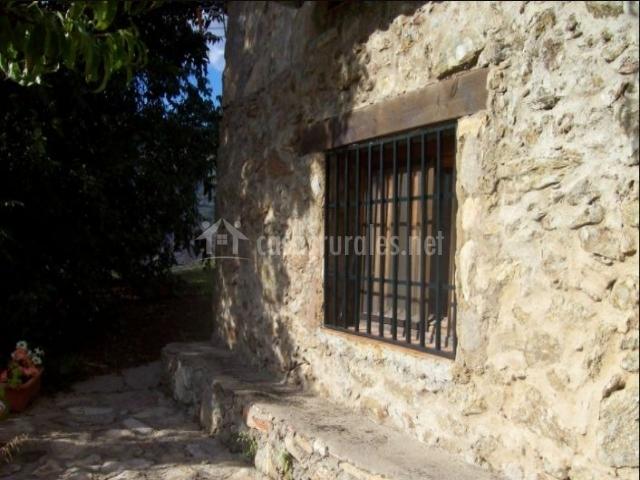 Vistas del porche de la casa en piedra