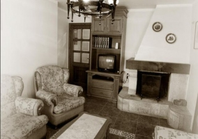 Acceso a la casa con porche y fachada en piedra
