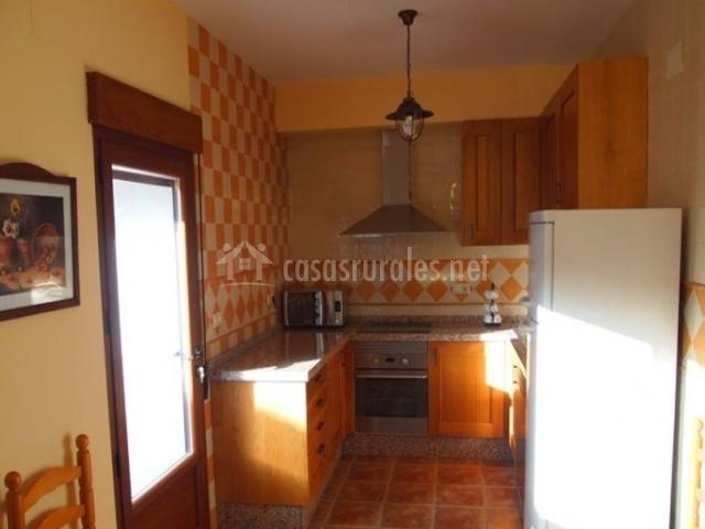 Cocina de la casa con armarios de madera y campana