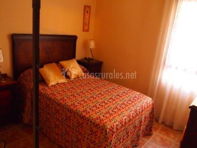 Dormitorio de matrimonio con elegante cabecero robusto