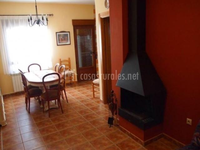 Sala de estar con chimenea en las paredes rojas