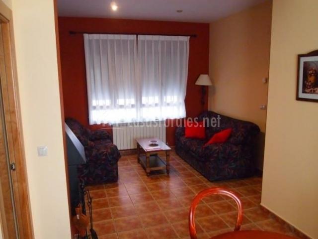 Sala de estar con paredes en rojo