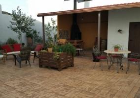 Acceso con el patio y la barbacoa