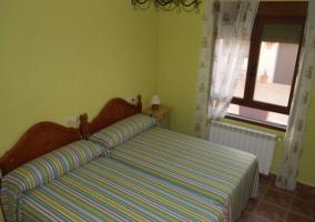 Dormitorio doble con colchas de rayas en verde