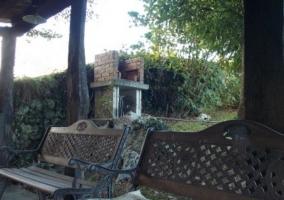 Mobiliario y barbacoa en el jardín