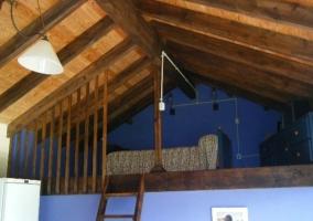 Habitación  abuhardillada en tonos azules