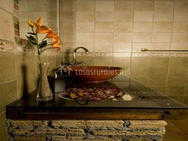 Baño con lavabo de barro