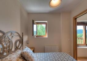 Dormitorio de la casa con mesillas en madera