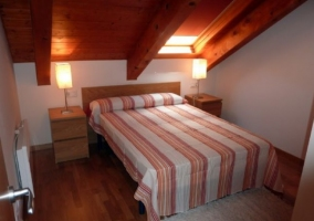 Dormitorio abuhardillado con 2 camas