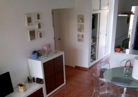 Sala de estar con sillones en blanco y salida a la terraza