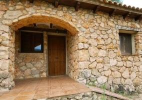 Acceso 12 con fachada en piedra