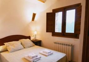 Dormitorio 11 con cama de matrimonio y ventanas
