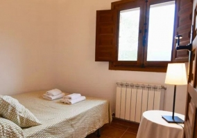 Dormitorio 8 con mesilla de noche