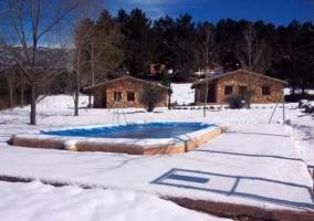 Vistas de la piscina con nieve