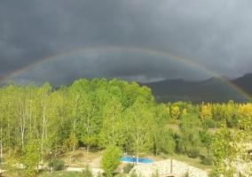 Vistas de la piscina y un arcoiris