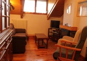 Acceso a la casa con ventanas en madera