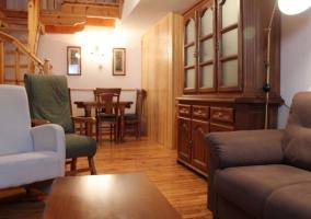 Sala de estar con sillones y tragaluz