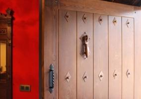 Acceso a la casa con puerta en madera