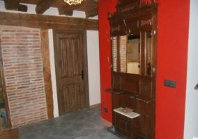 Entrada con la puerta en madera