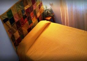 Dormitorio con mesillas de madera