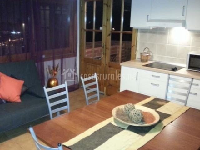 Cocina con mesa de madera en el centro