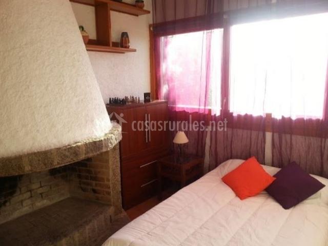 Espacio de dormitorio junto a la chimenea