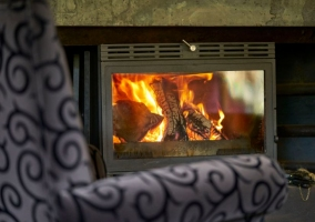Salón del lago con chimenea encendida