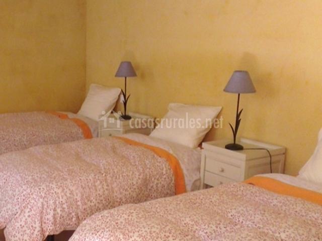 Dormitorio con camas individuales equipadas