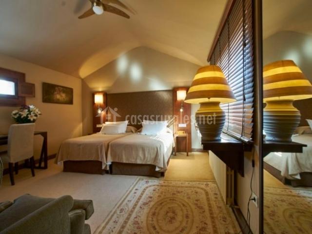 Dormitorio 1 con dos camas y alfombra