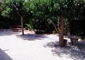 Mobiliario de jardín en zona arbolada