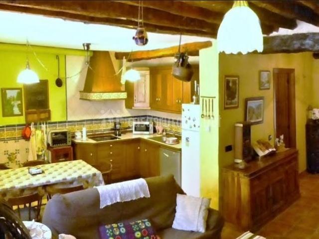 Cocina de la casa con mesa y sillas