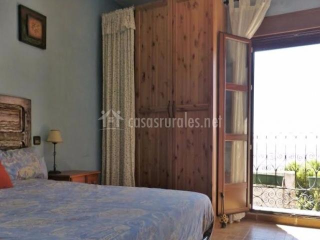 Dormitorio de matrimonio y salida a los balcones