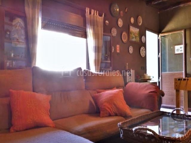 Sala de estar con platos en las paredes