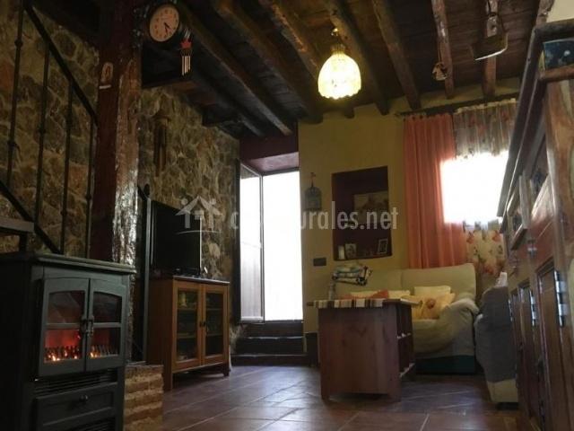Sala de estar con techos artesonados