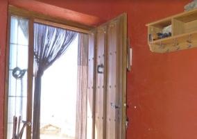 Hall y puerta abierta