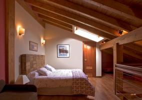 Dormitorio con 2 camas y sofá-cama