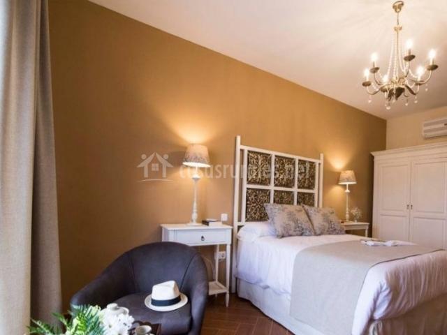Dormitorio de matrimonio con buena luz