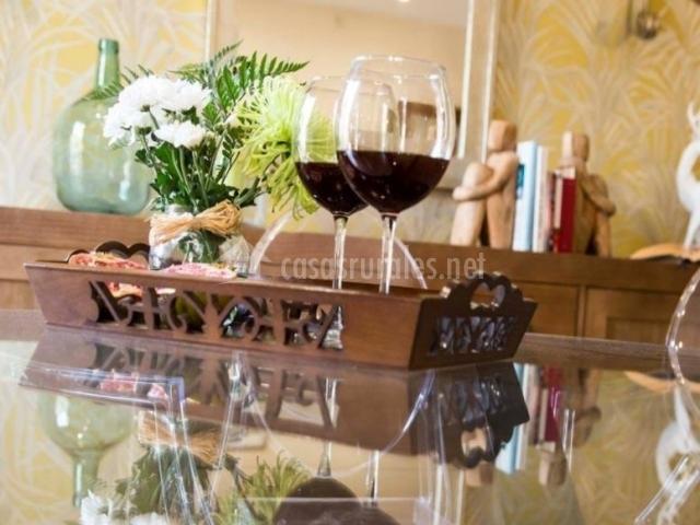 Sala de estar con mesa de cristal