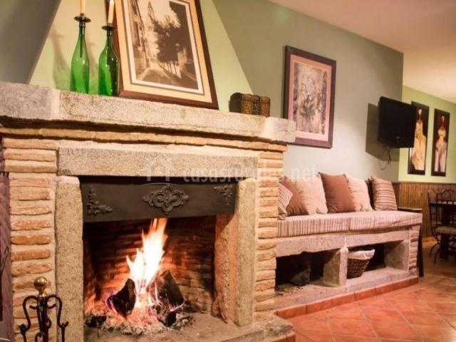 Sala de estar en planta baja con chimenea