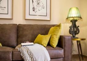 Sala de estar en marrones y mostaza